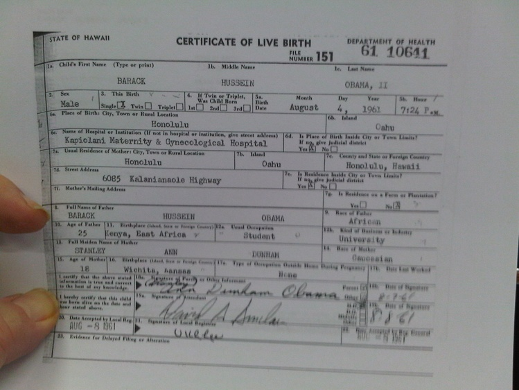 White House Presents Reporters With Long Form Birth Certificate