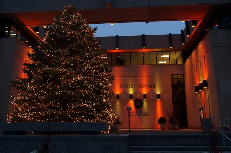 christmas tree outside civic center source city of evansvilleimage provided