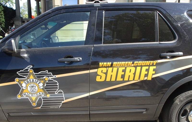 Deputies: 3 stabbed north of Paw Paw